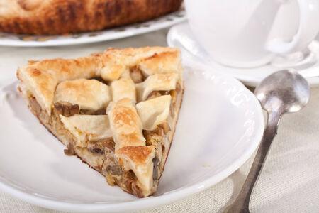 Stück Pilz-Pie close up und Kaffee Standard-Bild - 31593362