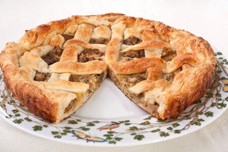Ganze Pilz-Kuchen auf einer Platte, ohne ein Stück Standard-Bild - 31593363