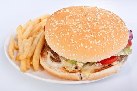 Cheeseburger mit Französisch frites auf weiße Platte Standard-Bild - 31593367