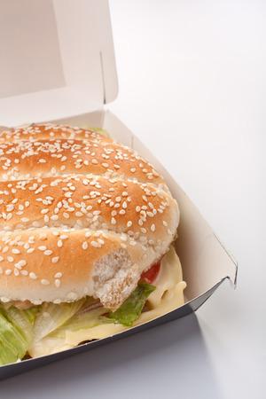 Cheeseburger in einem wegnehmen Box auf weißem Hintergrund Standard-Bild - 31593369