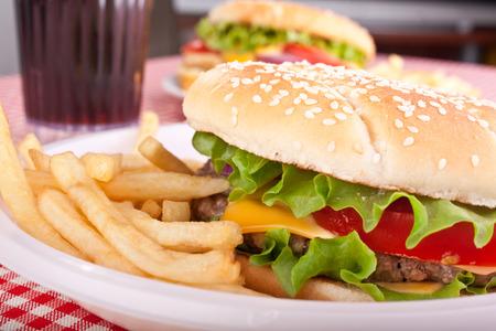 Zwei deliciuos Cheeseburger mit Französisch frites Standard-Bild - 31593383
