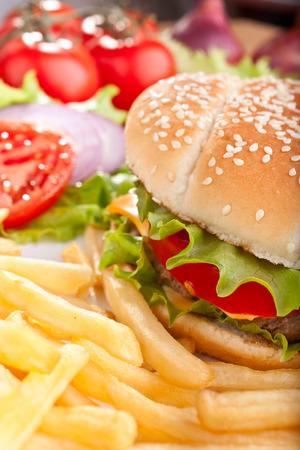 Köstliche Cheeseburger mit Käse überbacken und Pommes frites französisch und Zutaten Standard-Bild - 31593382