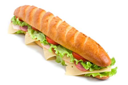 Lange Baguette-Sandwich mit Salat, Scheiben von frischen Tomaten, Schinken, Putenbrust und Käse Standard-Bild - 31593389