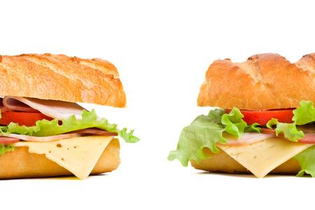 Zwei Baguette-Sandwiches mit Salat, Scheiben von frischen Tomaten, Schinken, Putenbrust und Käse Standard-Bild - 31593392