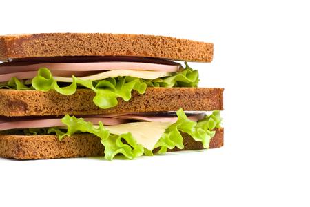 Vollkorn-Sandwiches mit Fleisch, Käse und Salat auf weißem Teller Standard-Bild - 31593395