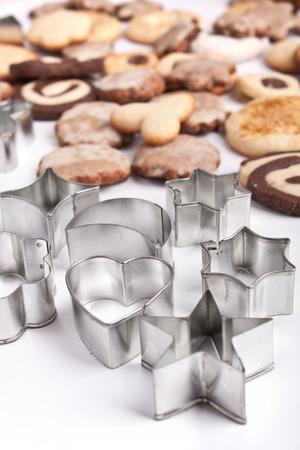 Großen Haufen von selbst gebackenen Plätzchen mit verschiedenen Plätzchenformen Standard-Bild - 31593417