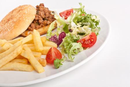 Hackfleisch-Burger mit Französisch frites und Salat auf weißen Teller Standard-Bild - 31593424