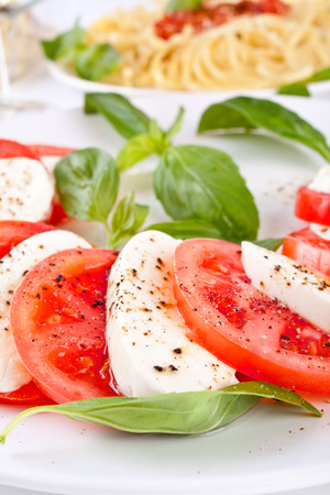 Classic Caprese-Salat und Pasta mit Tomatensauce Standard-Bild - 31593477