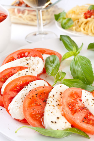 Classic Caprese-Salat und Pasta mit Tomatensauce Standard-Bild - 31593479