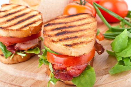 Speck, Salat und Tomaten BLT-Sandwiches mit frischen Zutaten auf der Rückseite Standard-Bild - 31593487