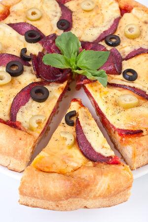 Salami Pizza mit Oliven auf weiß Standard-Bild - 31593496