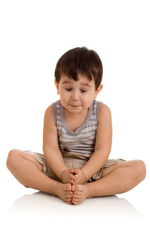 3 jaar oude jongen ontspannen op witte achtergrond