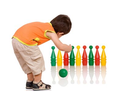 Bowlingspel, een kind gooit een bal Stockfoto