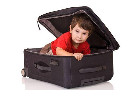 Kleiner Junge innerhalb der Koffer Standard-Bild - 5552093