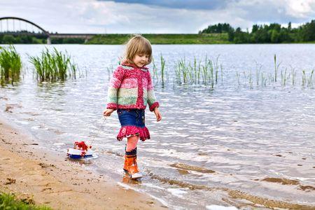 pensiveness: bambina, camminare sul fiume, tira una nave per una stringa