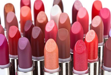 l  ¡piz labial: Barras de labios de color multicolores aislados en blanco Foto de archivo