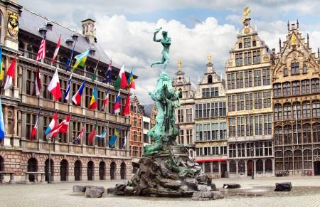 Stadhuis van Antwerpen, oude huizen en de fontein van Brabo Stockfoto
