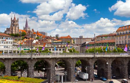 LAUSANNE, Zwitserland - juni, 20 2012 Uitzicht op Grand-Pont Brug en de Notre-Dame kathedraal van Lausanne