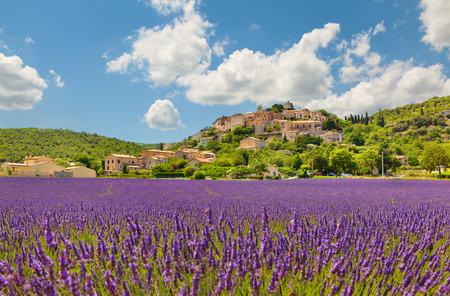 Stad met lavendel veld. Provence, Frankrijk.