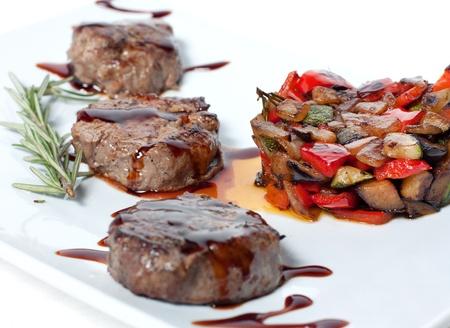 Verduras asadas y carne con salsa de chocolate Foto de archivo