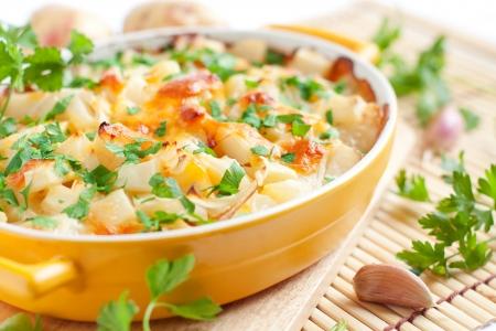 치즈와 함께 구운 된 감자 - 맛 푸딩, 음식을 닫습니다