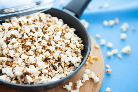 corn kernels in a frying pan, popcorn photo