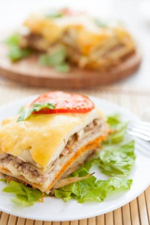 composition vertical: lasagne di verdure a foglia di lattuga, la composizione verticale Archivio Fotografico