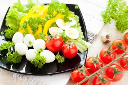 Salat aus frischem Gemüse mit Wachteleiern, closeup