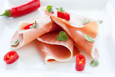 jamones: jamón especiado con pimienta y orégano, primer