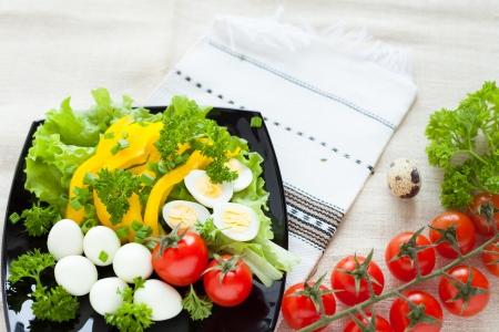 huevos de codorniz: ensalada de verduras de primavera y huevos de codorniz, de cerca