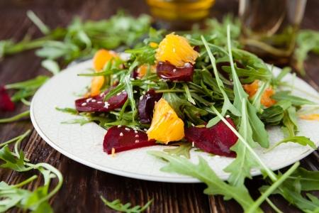 Salat mit frischem Rucola und Scheiben von Orange, Lebensmittel Standard-Bild - 19059905