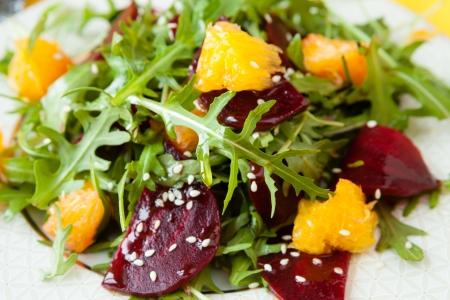 plato de ensalada: ensalada fresca con remolacha y naranja, primer Foto de archivo