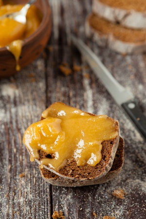 close up food: stuk zelfgebakken brood besprenkeld met honing, close-up voedsel Stockfoto