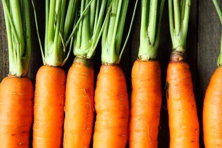 dieta sana: zanahorias frescas crudas con colas, vista desde arriba
