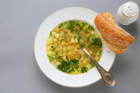 sopa de pollo: nutritiva sopa con garbanzos y patatas, alimento blanco