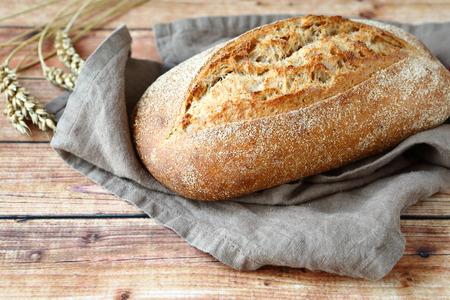 木製の背景、料理のクローズ アップでパンを一斤