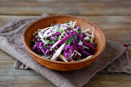 ensalada verde: Ensalada fresca con repollo picado, comida sana Foto de archivo