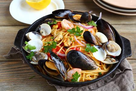 Pasta con frutti di mare in una padella, cibo nutriente