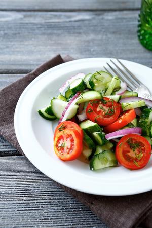 ensalada verde: Ensalada fresca con tomates cherry y pepino, comida sana Foto de archivo