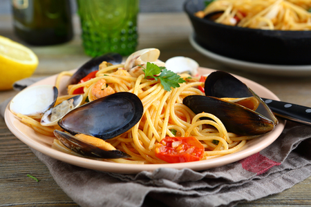 bord eten: Delicious pasta with squid and mussels on the plate, food