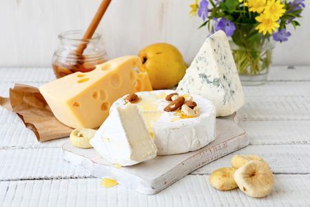 queso: Surtido de queso sobre un fondo de madera Foto de archivo