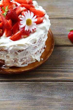 bord eten: Cake with strawberry on a plate, food