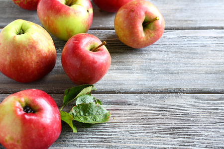 manzanas: Fresh apples on wooden boards, healthy food