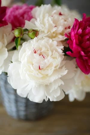 pfingstrosen: Pfingstrosen in alten Vase, Strau� Blumen