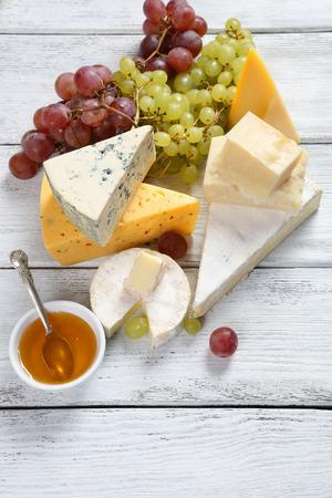 tabla de quesos: Surtido de quesos con uvas y miel
