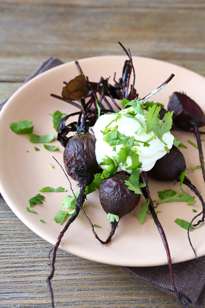 bord eten: Roasted beet with sour cream on a plate, food