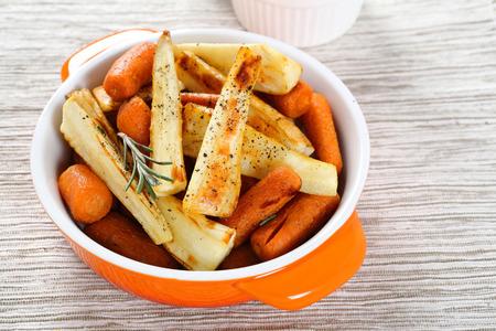 zanahoria: Zanahorias asadas con chiriv�a, comida Foto de archivo