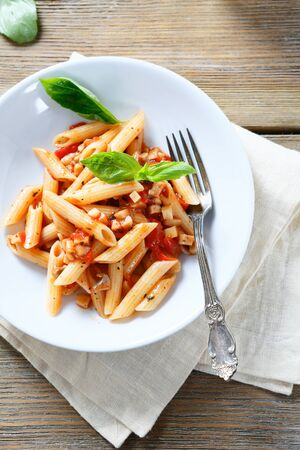 salsa de tomate: pasta penne en un taz�n, alimento blanco
