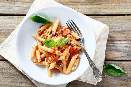 pastas: pasta con salsa y setas en un taz�n, alimento blanco