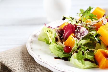 salad plate: Ensalada de calabaza en un taz�n en los tableros, los alimentos Foto de archivo
